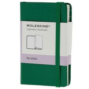 Moleskine Portfolio Oxide Green met meerdere handige vakken. De kaft bedrukken wij met uw eigen logo.