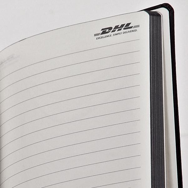 logo op elke pagina van het boek