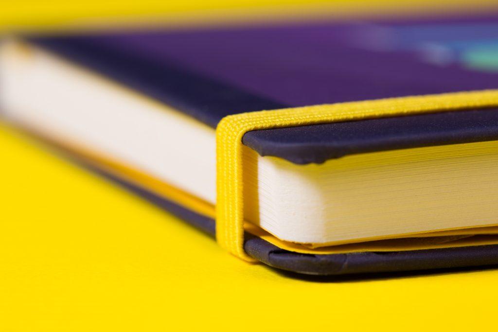 geel elastiek om notitieboek