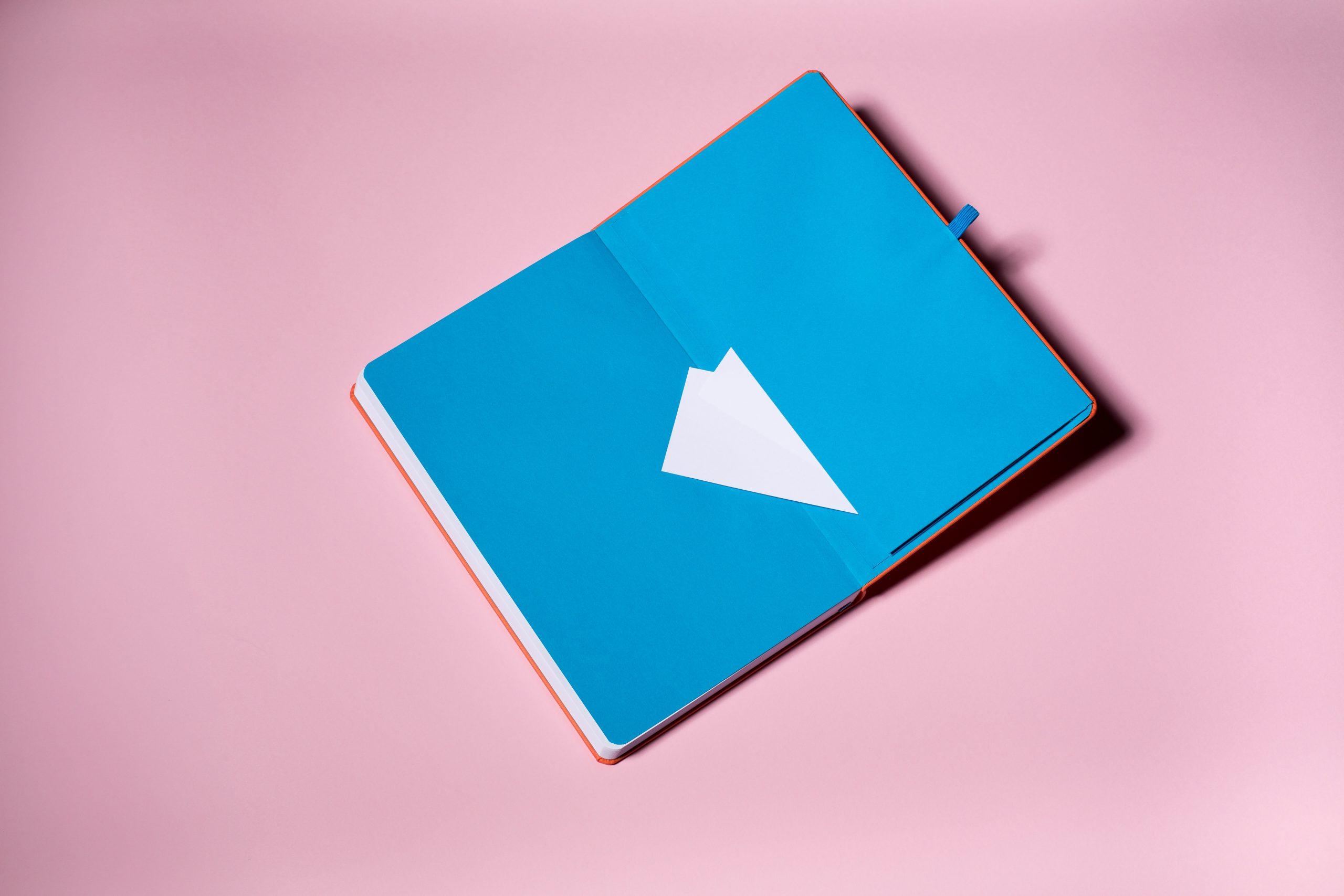 gekleurd spiegelblad en envlop in notitieboek naar keuze